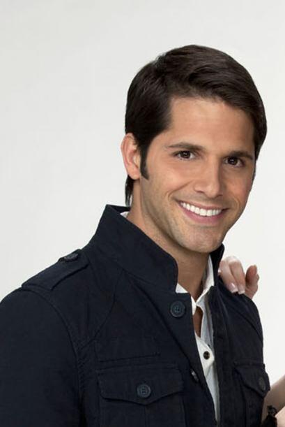 Lucas Velásquez es Alex, amigo de Freddy y enamorado de la coqueta Mónic...