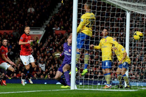 A pase de Wayne Rooney, el holandés Robin van Persie cabeceaba de forma...