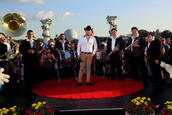 ¡La música no podía faltar! Roberto Tapia fue una de las estrellas invit...