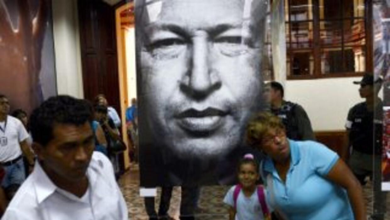 Simpatizantes con la imagen del fallecidoHugo Chávez.