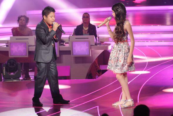 """Los dos pequeños cantantes interpretaron la canción """"Abrázame muy fuerte""""."""