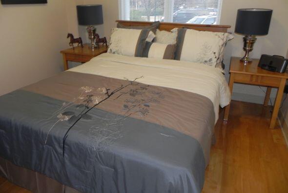 La segunda habitación consta de una cama camera, adornos, lámparas, y po...