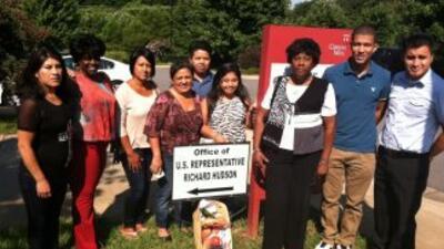Los activistas entregaron cestas de frutas y vegetales a los congresista...