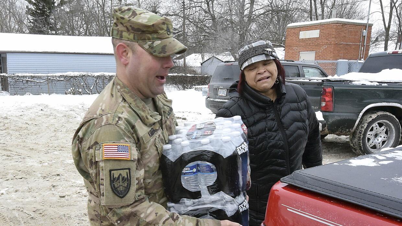Habitantes de Flint reciben agua embotellada gratis