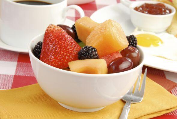 Ahora que si gustas de desayunar ligero, sólo consume un tazón de frutas...