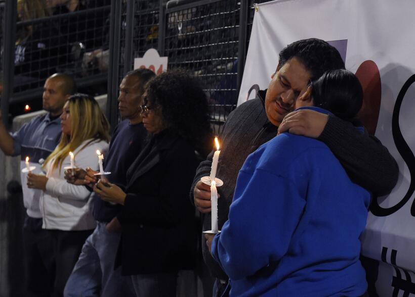 Miles de personas se reúnen para recordar a las víctimas de la masacre e...