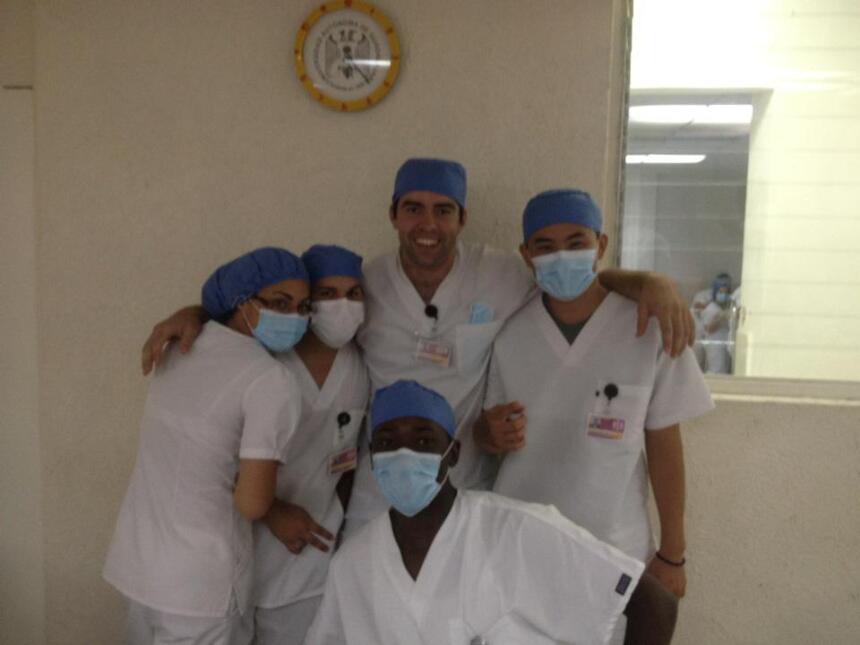 Ambrose Monye con sus compañeros