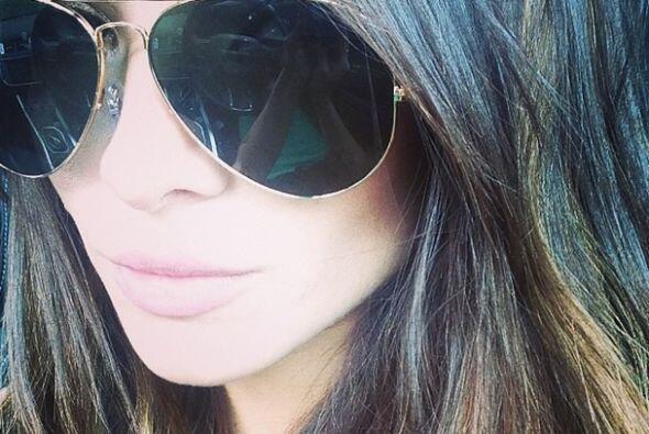 Con sus gafas, Alejandra luce espectacular.