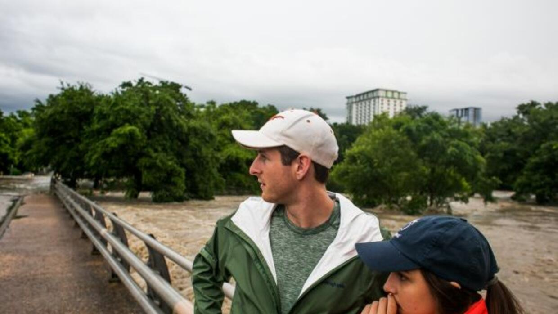 Familias hispanas han tenido que evacuar sus hogares ante el riesgo del...