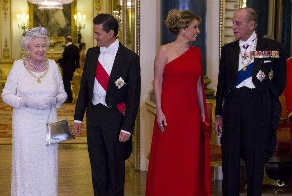 Posaron para la foto junto a la reina Isabel II y Felipe de Edimburgo. A...