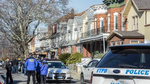 Agentes del departamento de Policía de Nueva York investigan una...