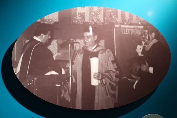 1985- El historiador y arqueólogo puertorriqueño Ricardo Alegría recibe...