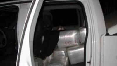 Decomiso de marihuana escondido en un automobil