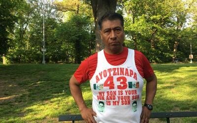 Antonio Tizapa hace maratones por su hijo, Jorge Antonio, uno de los est...