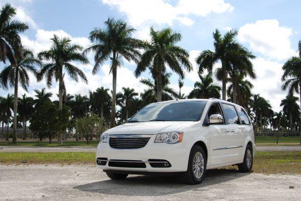 """Mejor minivan. Chrysler Town & Country: Este vehículo obtuvo el """"Top Saf..."""