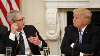Tim Cook junto a Donald Trump en una reunión en junio.