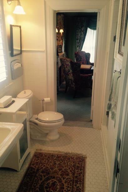 Otros, sorprende...como esta sala de baño entre salones que fue d...