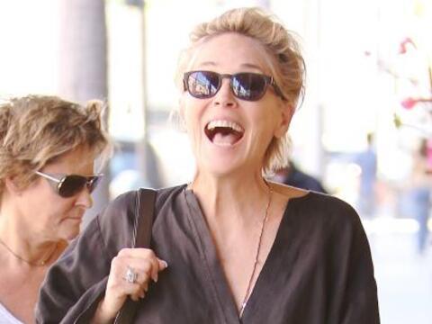 Y así, casual, encontramos a Sharon Stone por Beverly Hills y la...