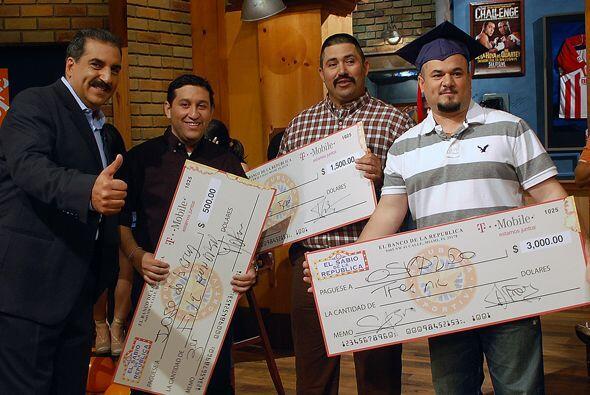 El Presidente le firmó los cheques a los tres finalistas. ¡...
