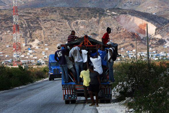 El panorama en las calles aún no es fácil, cientos de haitianos viven de...