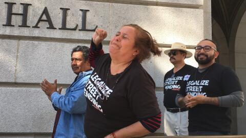 Caridad Vázquez llora frente a la Alcaldía de Los Ángeles tras la decisi...