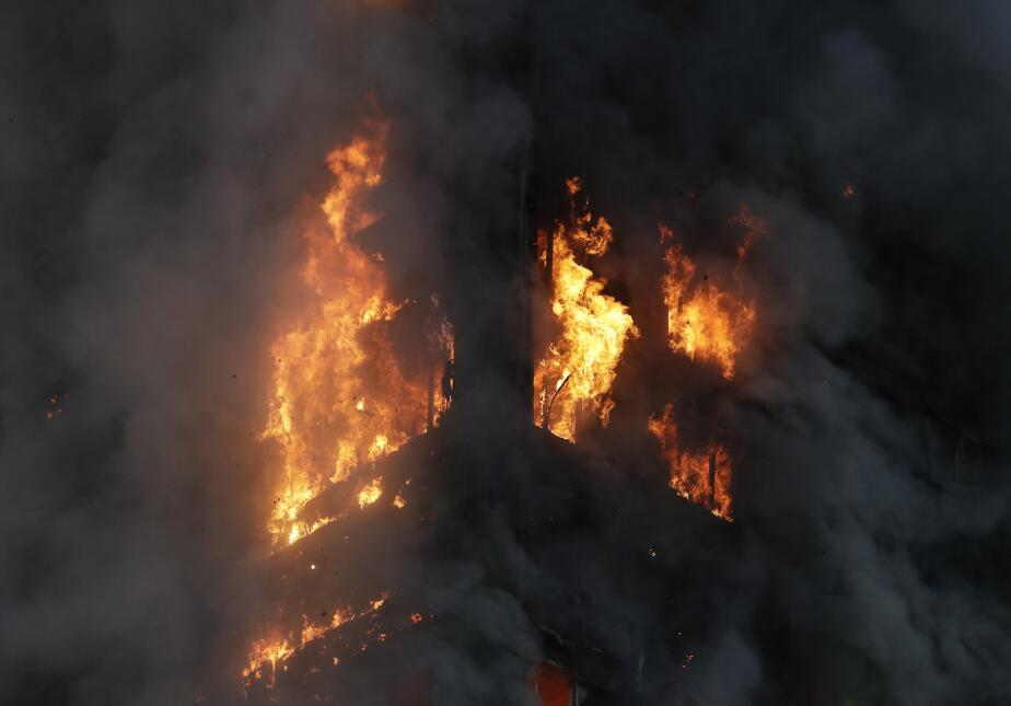 Las llamas se extendieron muy rápidamente por toda la torre de apartamen...