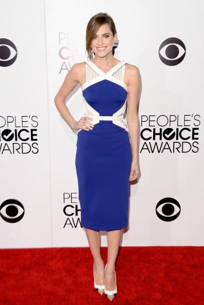 Allison Williams se enfundó en un precioso vestido de David Koma, al que...