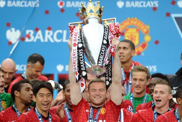 Todos los jugadores pasaron a levantar el trofeo, hasta Wayne Rooney, qu...