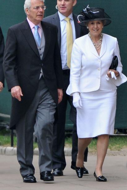 El ex primer ministro británico John Major, iba acompañado de su mujer N...