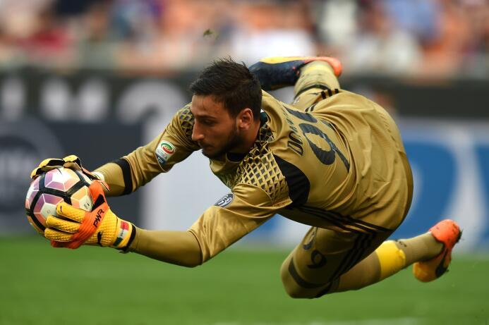 Gianluigi Donnarumma se niega a ser el Buffon del AC Milan GettyImages-6...