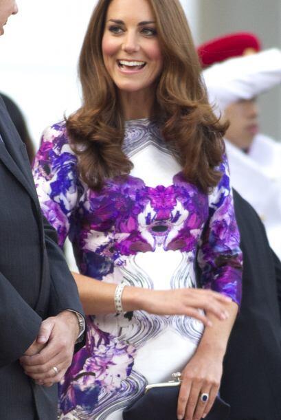 Su elegancia no pierde modernidad, esta guapa mamá usa sus vestidos abaj...