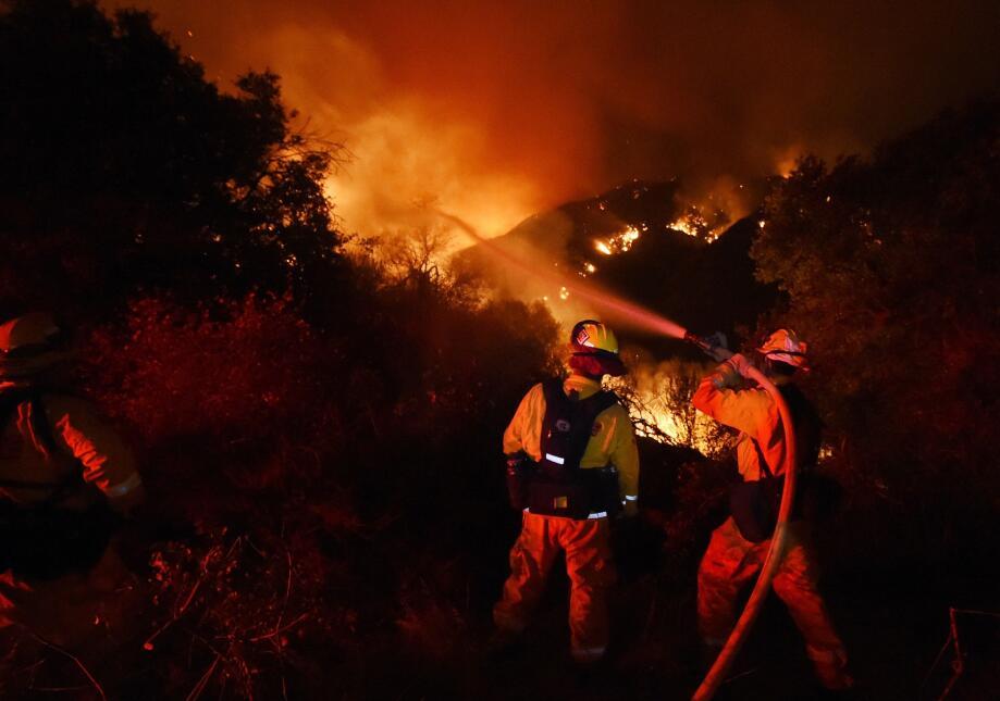 Los bomberos atacan uno de los frentes del fuego en Fair Oaks Canyon