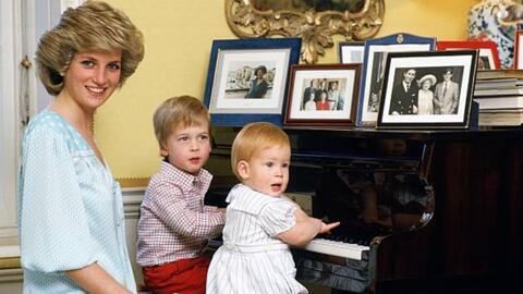 El príncipe Harry aún culpa a los fotógrafos por la muerte de su madre