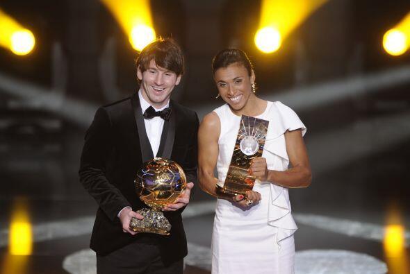 Lionel posó junto a la ganadora a nivel femenil, la brasileña Marta.