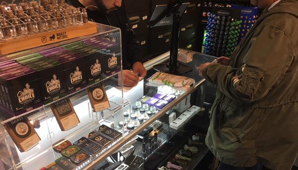 Venta de marihuana en la tienda Zen West Hollywood.