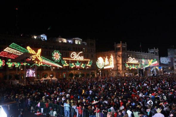 Miles de personas se reunieron en el Zócalo de la Ciudad de México.
