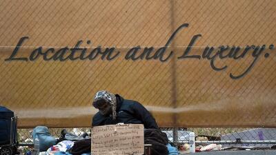 En una imagen de archivo, un hombre desamparado en la Quinta Avenida, ce...
