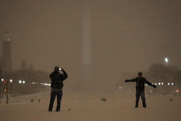 El Obelisco de Washington DC apenas lucía la noche del mié...