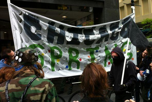 Manifestantes bloquearon la entrada de la sucursal de Bank of America en...