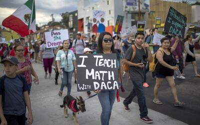 Estudiantes y activistas proinmigrantes marchan en Los Ángeles en...
