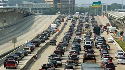 Congestión vehicular y alto flujo de viajeros en Texas por el fin de semana de Memorial Day