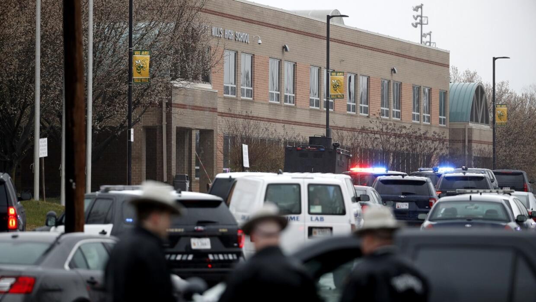 Agentes frente a la secundaria de Maryland donde un tiroteo dejó dos her...