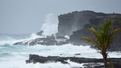 El huracán Lane baja de categoría pero su embate causa inundaciones y olas gigantes en Hawaii
