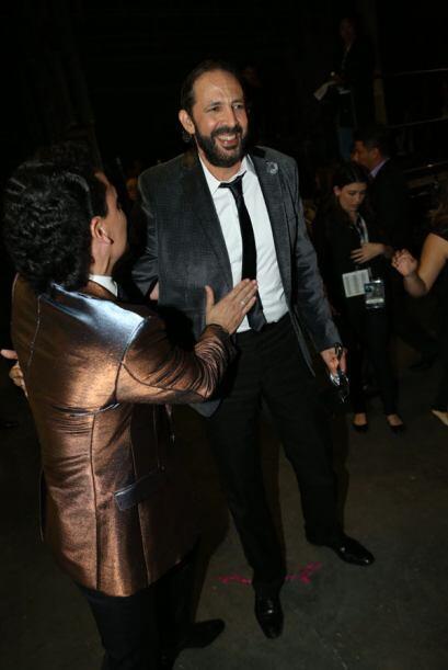 Pedrito Fernández saludando al gran maestro Juan Luis Guerra.