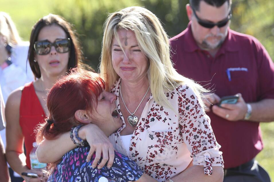 Dos mujeres lloran tras el reporte de un tiroteo en la Escuela Secundari...