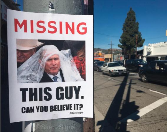 Los carteles de Scaramucci y Spicer buscando trabajo con los que este có...