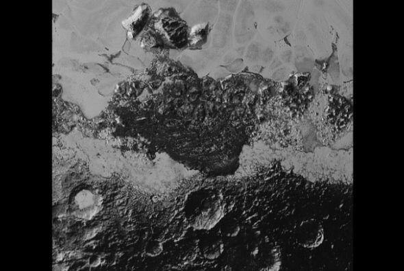 Montañas y cráteres en la superficie de Plutón.