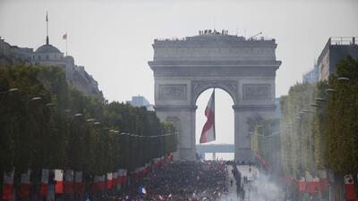 En fotos: los hinchas de Francia 'inundan' París con su colorido para recibir al campeón