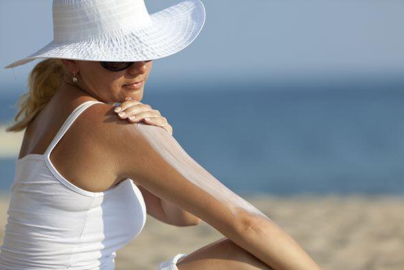 Cuídate del sol. Evitar exponerte al sol puede ayudar a reducir el riesg...