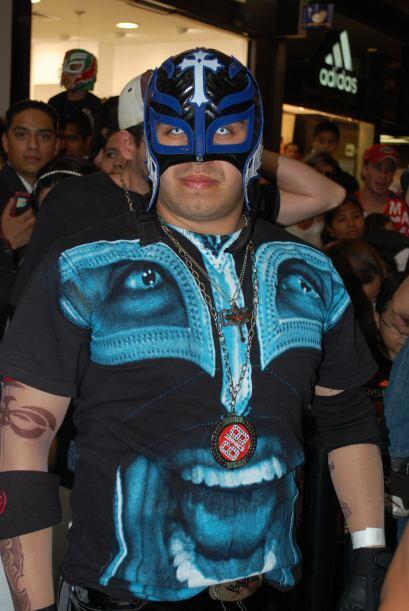Cualquiera puede usar una máscara de luchador, pero solo un fanático de...